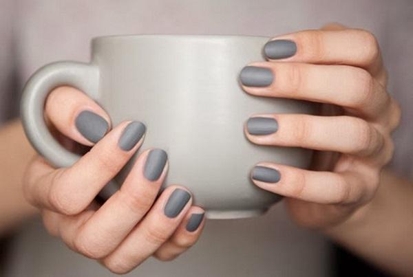 Uñas de color gris, lo último en nail art