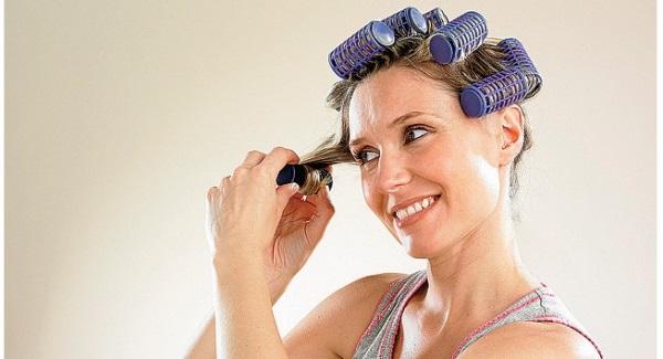 Rízate el pelo usando los rulos