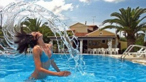 mujer bañándose en la piscina