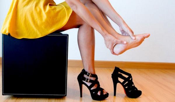 mujer descalzándose