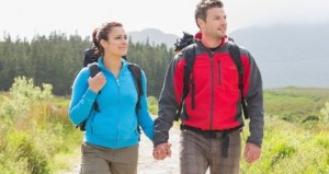 pareja haciendo senderismo
