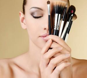 Mujer con brochas y pinceles para lograr un maquillaje perfecto