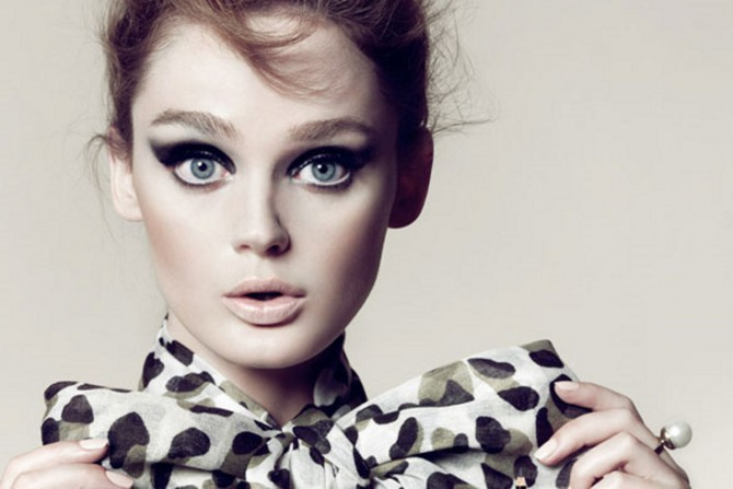 Chica luciendo un maquillaje perfecto