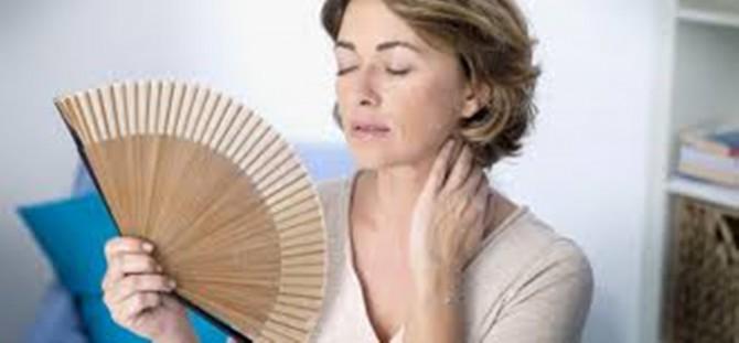 mujer abanicándose por la menopausia