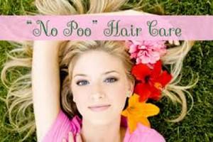 chica luciendo cabello con la tendencia no poo