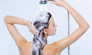 mujer lavándose el cabello para proteger el pelo de la cal