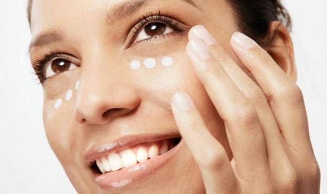 cómo aplicar cremas para el contorno de los ojos