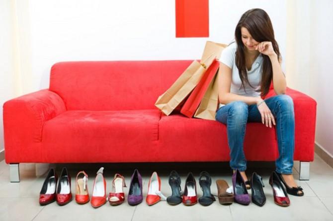 mujer viendo zapatos