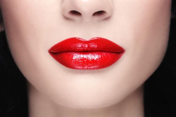 mujer con Labial Rojo