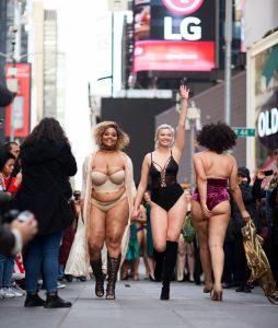Modelos Curvy se manifiestan en Times Square contra Victoria's Secret